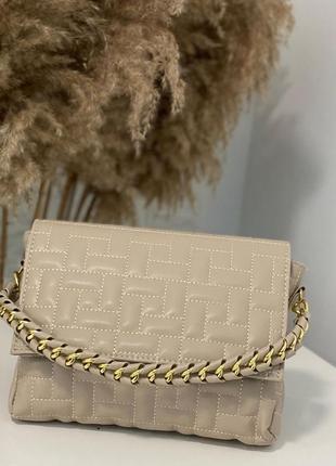 Бежевая сумка через плечо сумочка клатч кроссбоди с цепью