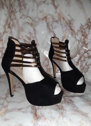 Чёрные босоножки с золотыми ремешочками на высоком каблуке