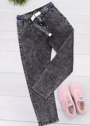 Женские серые джинсы с ремнем мом