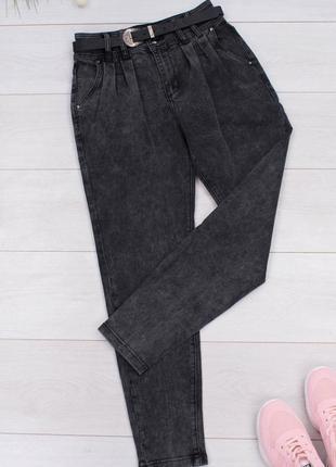 Серые джинсы с ремнем