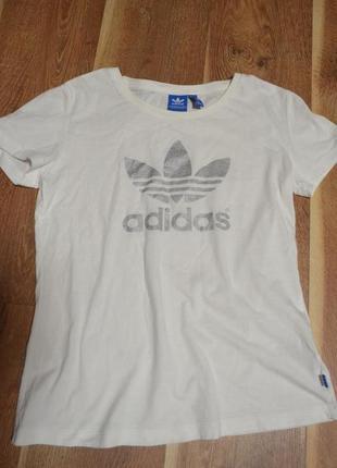 Белоснежная футболка adidas