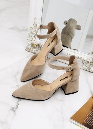 Красивые замшевые бежевые туфли