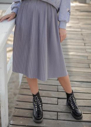 Базовая серая юбка миди