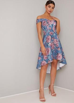 Chi chi london платье ассиметрия голубое розовое в цветочный принт с открытыми плечами