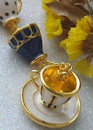 Необычный кулон безумное чаепитие алиса в стране чудес чашка эмаль - цвет золото