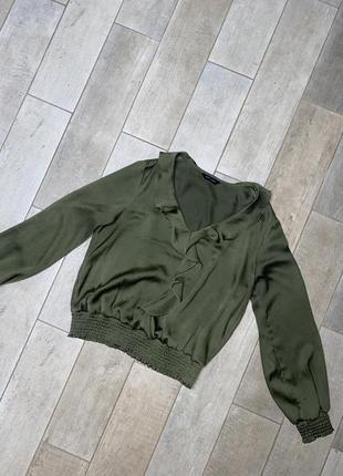 Атласная блузка хаки,объёмные рукава,воланы(2)
