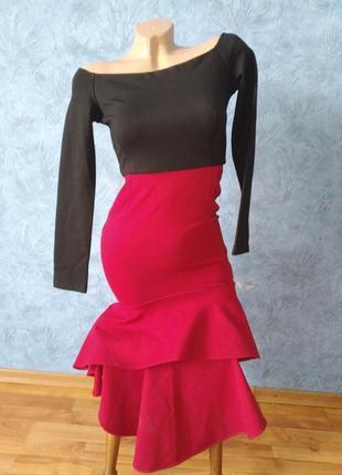 Шикарное вечернее платье со шлейфом и открытыми плечами