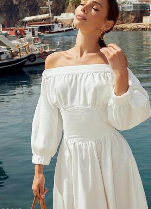 Белое платье с широким поясом с утяжкой сзади, открытой линией плеч и объемными рукавами