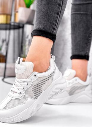 Нежные белые кроссовки