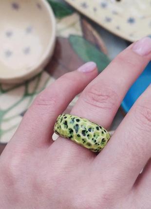 Яркое кольцо керамическое
