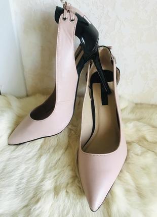 Стильные шикарные нюдовые туфли