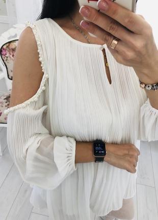 Белоснежная блузка плиссе с жемчугом открытыми плечами