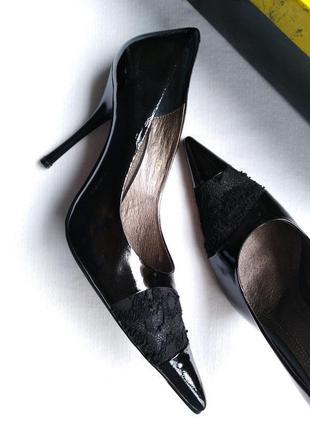 Лаконичные актуальные фирменные стильные туфли лодочки с гипюром