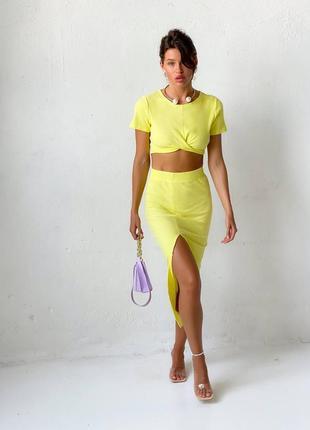 Яркий лимонный женский костюм с юбкой