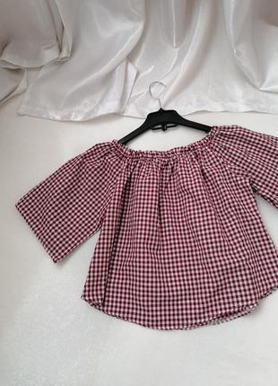 Блуза из натуральной ткани с открытыми плечами.