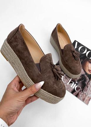 Туфли лоферы с кисточкой кофейного цвета на плетёной платформе