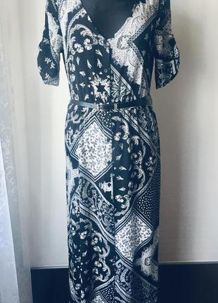 Стильное длинное платье на пуговицах.