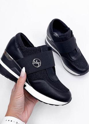 Чёрные кроссовки на скрытой танкетке