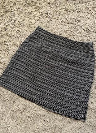 Серая юбка в полоску мини с люрексовой нитью