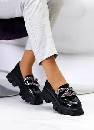 Женские чёрные лаковые туфли на тракторной подошве с цепью