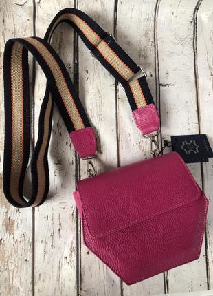 Кожаная сумочка с широким текстильным ремнём розовая фуксия vera pelle италия.