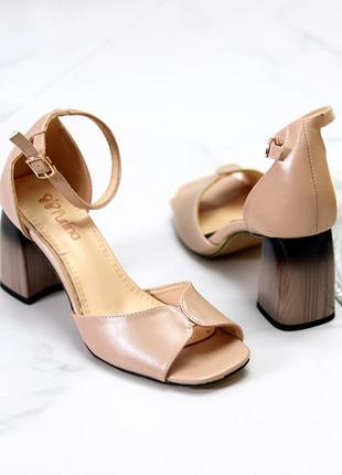 Бежевые аккуратные квадратные босоножки/открытые туфли широкий красивый каблук 36,38,40