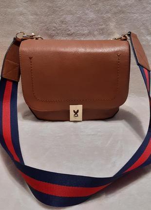 Актуальная стильная коричневая наплечная сумка через плечо кросс боди next1 фото