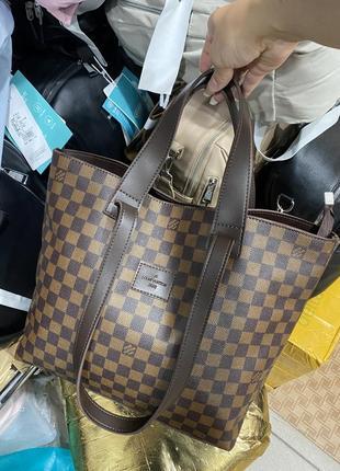 Женская сумка с брендовый принтом