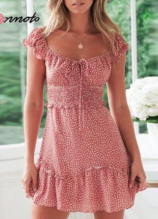 Пудровое платье в мелкие цветы на плечи