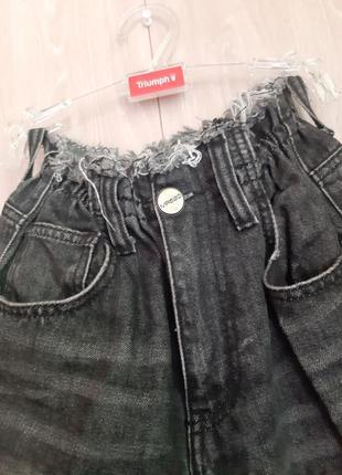 Темно- серые джинсы с высокой посадкой