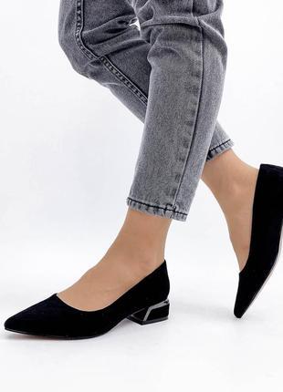 Туфли черные на низком каблуке