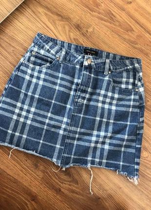 Крутая джинсовая юбка в клетку с необработанным краем