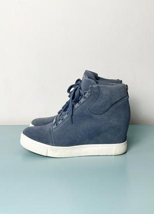 Голубые замшевые кроссовки на платформе steve madden
