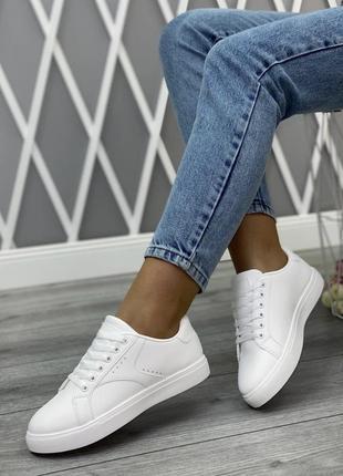 Белоснежные лёгкие кроссовки на каждый день