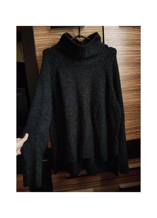 Теплый свитер с широким горлом