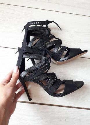 Новые череые босоножки со шнуровкой на каблуке