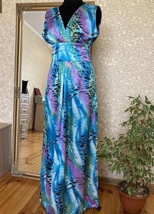 Длинное платье из легкого атласа
