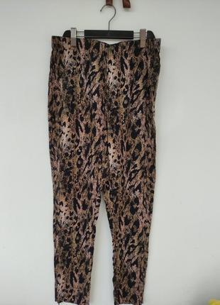 Шикарні брюки в анімалістичний принт, розмір 42-44 16-18