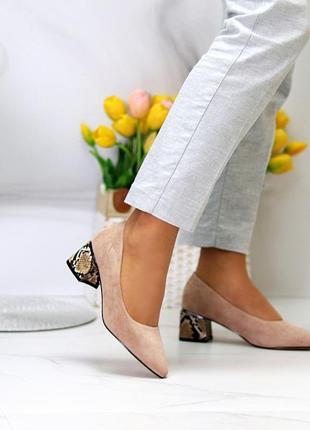 Бежевые женские закрытые туфли на среднем каблуке