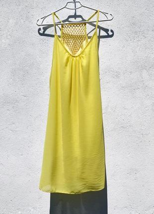 Яркое жёлтое шифоновое летнее прямое платье с сеткой на спине