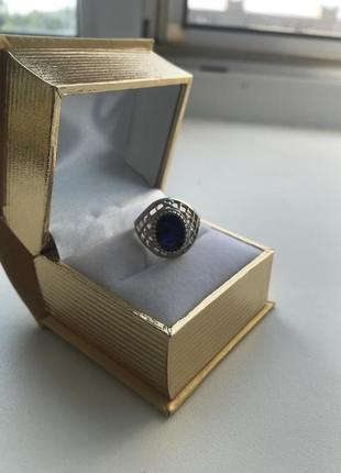 Серебряное кольцо с натуральным сапфиром.