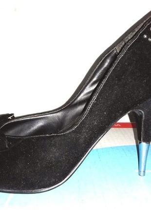 Туфли на высоком каблуке замшевые с декором бусины из металла, металлическая вставка на каблуке