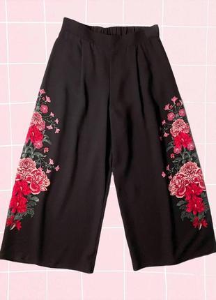 Черные короткие кюлоты (штаны) с розовыми цветами по бокам