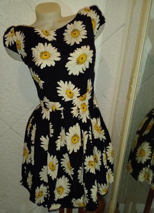 Короткое красивое платье вискоза ромашки открытая спинка.