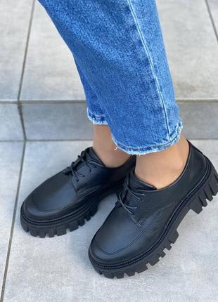 Кожаные женские  туфли на шнуровке черного цвета