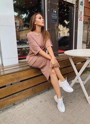 Базовое платье-футболка оверсайз, свободного кроя с разрезом