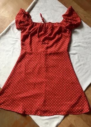 Платье красное в горох горошек спущенные плечи