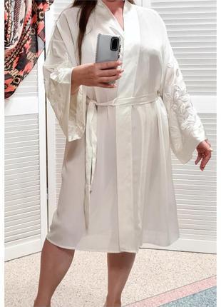 Белый легкий халат с вышивкой на рукавах marks&spencer