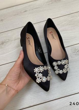 Женские туфли с брошкой