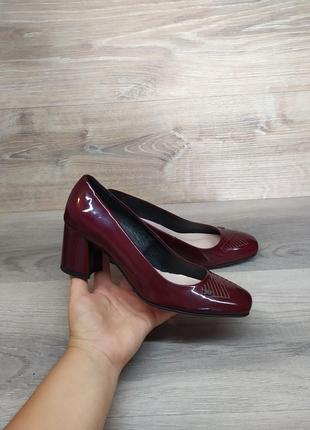 Кожаные туфли на каблуке 37 размера. model 2043